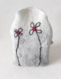 bouillotte-sèche-laine-feutrée-grise-fleurs-coeur-rouge