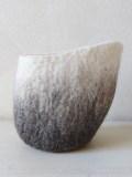 vide-poche-asymetrique-en-laine-feutrée-degradé-d-gris