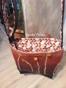 sac laine feutrée rouge feu végétaux blancs orangés