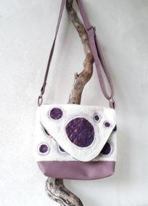 sac à rabat crème à bulles violettes en laine feutrée, simili cuir et coton coloré