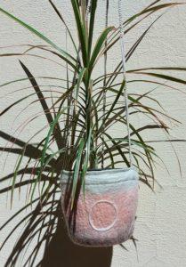 suspension laine feutrée rosé ronds blancs macramé beige dimensions H16 diamètre 18 longueur cordes 70cm