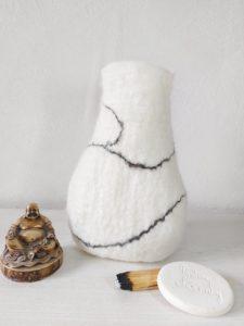 vase décoratif en laine feutrée blanc marbré
