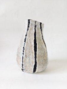 vase de laine beige griffes noires